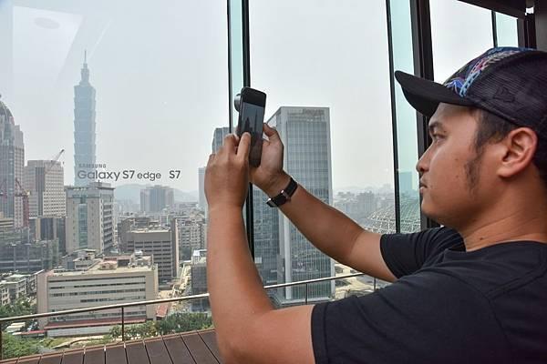 Galaxy S7 edge搭配廣角鏡與增距鏡的攝影背蓋組使用,更為拍攝增添多樣變化