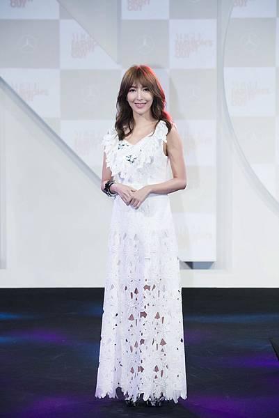 時尚女王楊謹華一席白色長洋裝飄仙氣