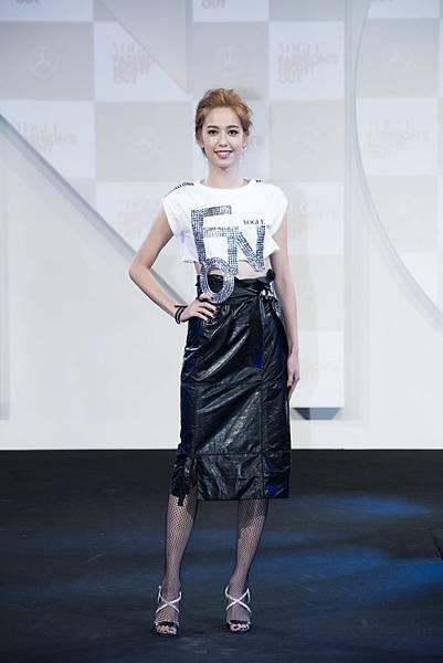 陳庭妮以亮片裝飾的改造FNO T,搭配Ferragamo皮裙小露性感