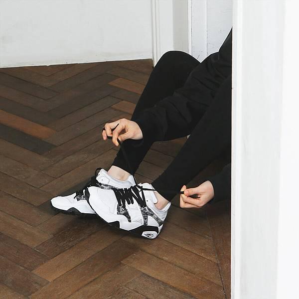 PUMA Blaze MRBL採用純白鞋身主色,搭配搶眼的大理石紋路側邊膠片設計