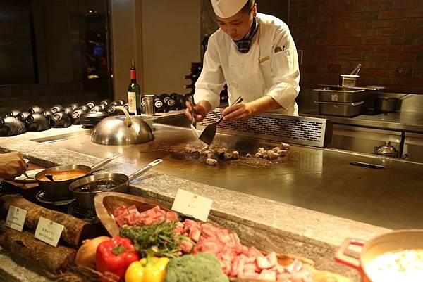 採取現點現做的鐵板燒料理,為品花苑最受歡迎餐點之一
