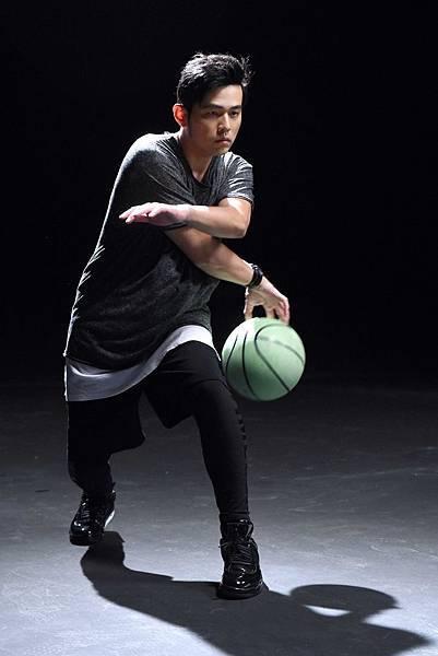【發稿照2】周董耍帥功夫了得,花式籃球讓現場工作人員神魂顛倒,拍Sony Mobile廣告炫耀,就是要捕捉自己帥氣的籃球美技!