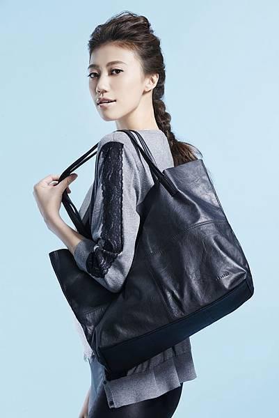 圖7_ 名模方舲搭配aBoutmi 氣質黑輕軟羊皮托特包,展現迷人風範