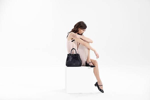 Repetto 洋裝NT$18600, 黑色蝴蝶皮革包NT$ 23700