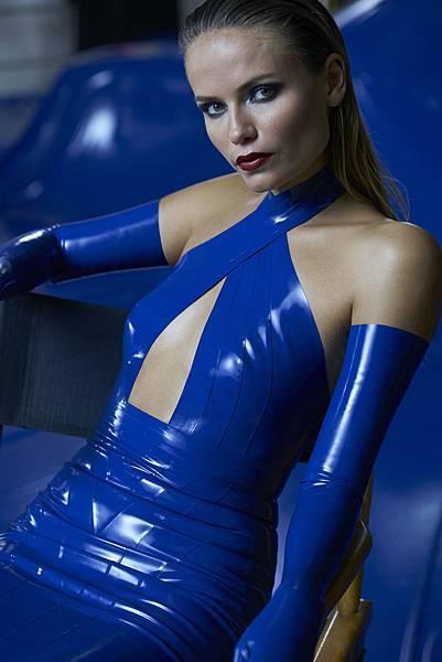 俄羅斯超模Natasha Poly一身超性感曲線畢露緊身裝入鏡