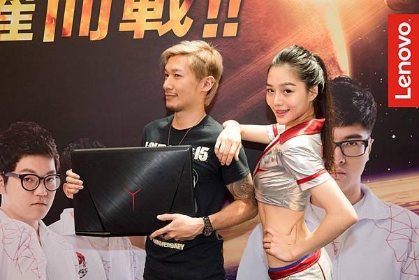 獲勝者蘇先生在頭上剃出Y,用超優惠900元把IdeaPad Y900包回家!