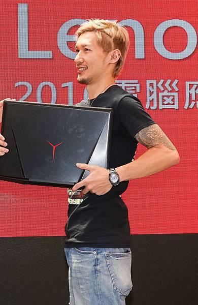 獲勝者蘇先生通過QA大挑戰,並在頭上剃出Y,用超優惠900元把IdeaPad Y900包回家!-2