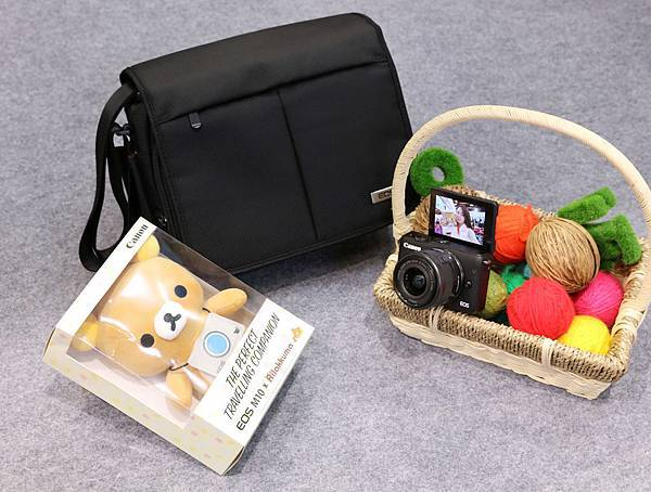 圖四 展覽期間於Canon攤位購買EOS M10 迷你單眼相機即加贈Canon單肩相機包。