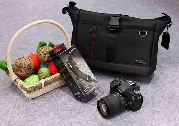 圖五 Canon推出展場限定加碼優惠,除原有購機贈品之外,購買EOS 80D中階數位單眼即贈EOS兩用經典包及減壓背帶。