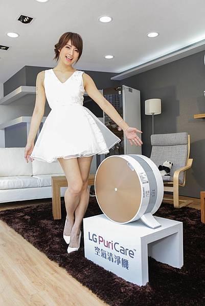 宅男女神阿喜現場展演居家情境生活,透過LG PuriCare™空氣清淨機紅燈及高標數字顯示,看到一般生活家中不為人知的隱藏危機與驚人真相