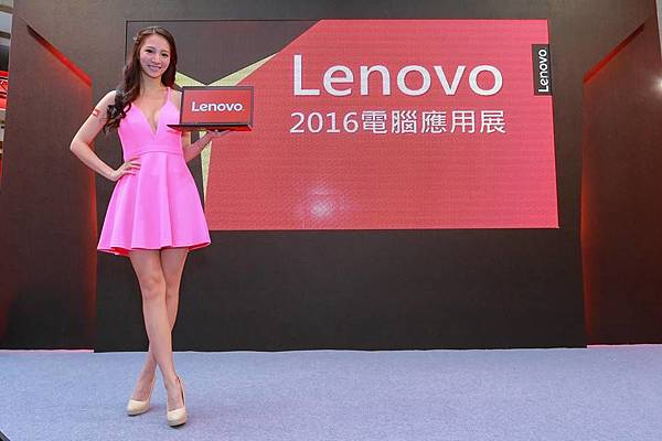 【Lenovo新聞照】宅男女帝林采緹換上粉色低胸洋裝化身甜美情人,通過嚴厲軍規考驗,才能用萬元抱回最強商務筆電!