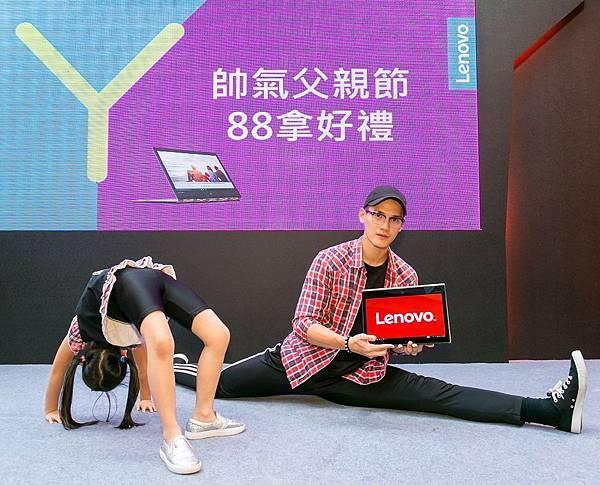 【Lenovo新聞照】王先生與女兒通過柔軟度大考驗,用NT$ 88把人氣翻轉筆電Yoga 900S帶回家!.jpg-2