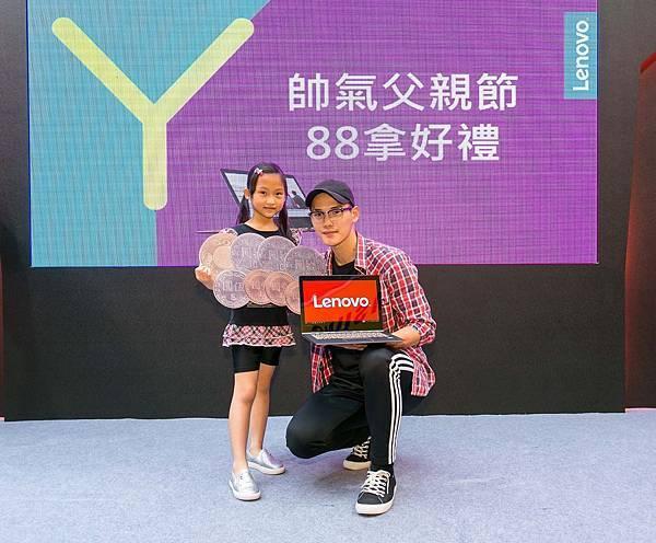 【Lenovo新聞照】王先生與女兒通過柔軟度大考驗,用NT$ 88把人氣翻轉筆電Yoga 900S帶回家!