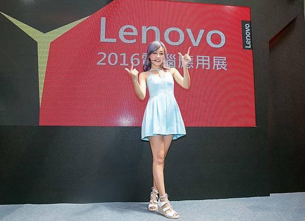 丫頭詹子晴今日現身Lenovo攤位,換上水藍短洋裝大秀美腿,顛覆甜美形象變身超辣車手
