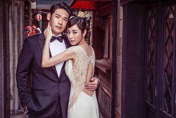1. 醫美CEO薛博仁穿著Ermenegildo Zegna黑色經典款禮服西裝與知名女星陳怡蓉拍攝婚紗照