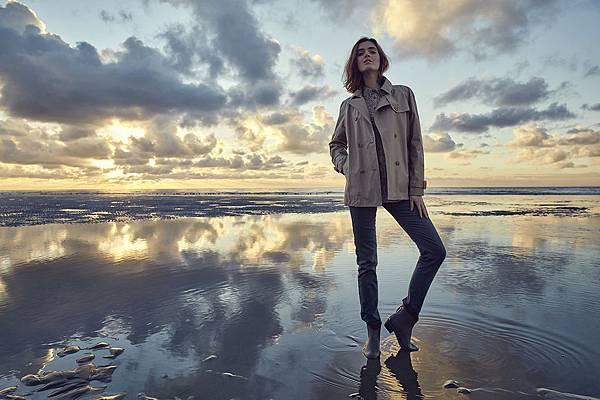 【AIGLE】AIGLE 2016秋冬商品,女款防水風衣外套採用象徵品牌經典且精緻印花的細節設計