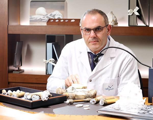 Breguet寶璣御用全球首席貝殼浮雕工藝大師Mr. Fabio Ottaviano。