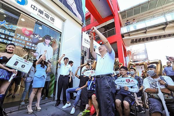 【新聞照片3】iPhone 7開賣首日,中華電信行動通信分公司總經理林國豐,開心與客戶們自拍。