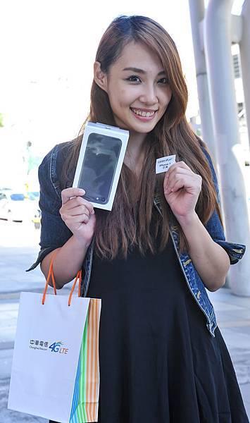 【新聞照片6】中華電信iPhone 7首賣日,於台北威秀門市成功申辦的客戶,參與愛最大戳戳樂活動,幸運的客戶將一支iPhone 7帶回家。