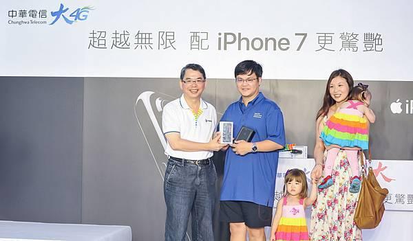 【新聞照片2】中秋搶機全家出動,中華電信台北威秀門市首位iPhone 7 Plus申辦者幸運獲贈iPhone 7 。