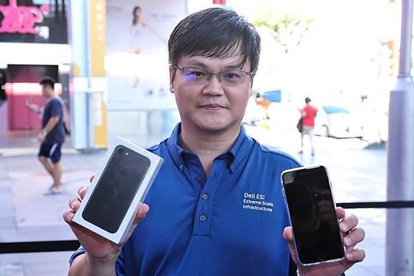 【新聞照片4】中華電信台北威秀門市iPhone 7首位申辦者羅先生,開心展示自購的iPhone 7 Plus,及獲贈iPhone 7新機。