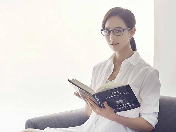 圖說2:私底下是文青控的張鈞甯,喜歡戴眼鏡看書、聽音樂(aGape提供)