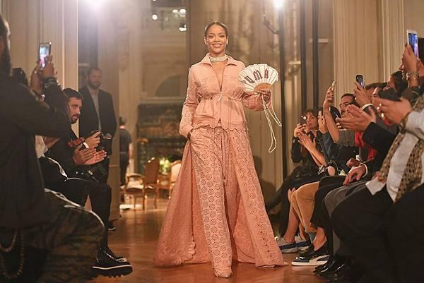FENTY PUMA by Rihanna 2017春夏全系列商品靈感源於十八世紀的奢華宮廷風格 大膽創新的設計再次打破時尚與運動的界限