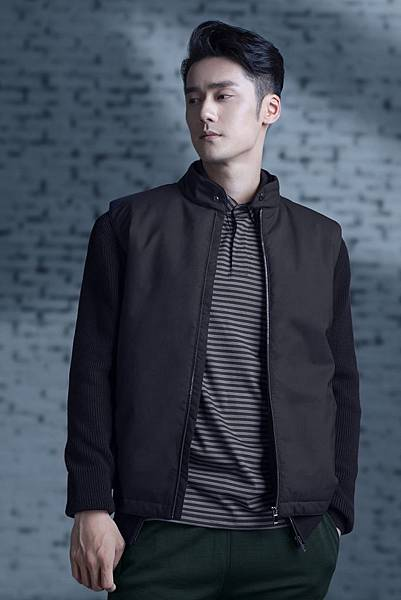 1. 蔣勁夫穿著Z Zegna Techmerino針織羊毛混紡短版束腰夾克,展現秋冬休閒運動風