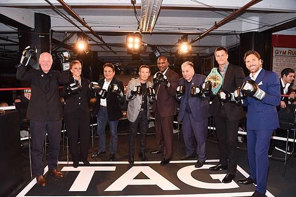 TAG Heuer 執行長暨LVMH集團腕錶部門總裁Jean-Claude Biver(左)與活動貴賓合影(完整圖說請見電子郵件內容)