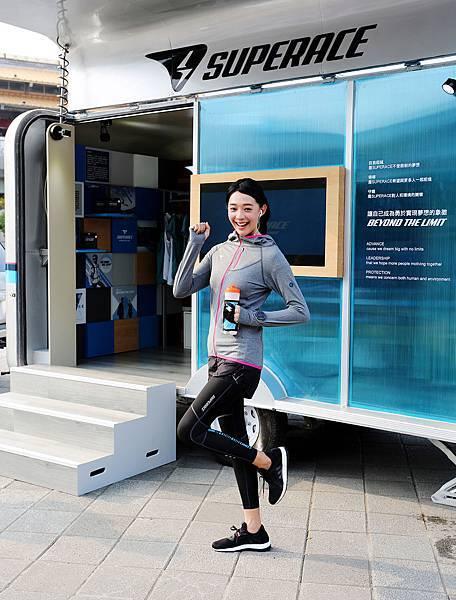 王心恬身著SUPERACE 環保咖啡紗秋冬外套系列出席品牌發表 貼心設計可放悠遊卡、手錶孔、耳機穿孔等祕密機關讓運動更輕便