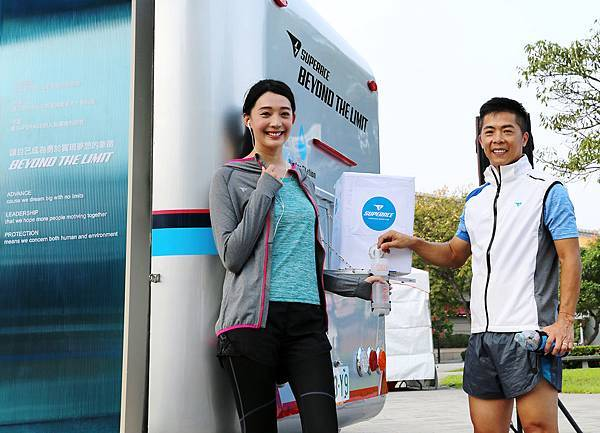SUPERACE品牌行動補水展示車可隨時替跑者補水,王心恬、林義傑邀大家一起成為時尚愛水跑者!