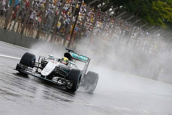 雖然整場賽事大雨不斷,Lewis Hamilton依舊展現高超技巧,除了順利奪得竿位更豪奪巴西站冠軍。