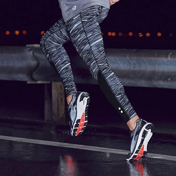 NIGHTCAT反光科技材質大量運用在本季慢跑服飾上,以滿天星空與流行圖騰為發想概念,讓跑者在夜間跑步時安全又有型。
