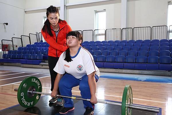 本屆奧運女子舉重金牌得主 許淑淨 指導中平國中 舉重隊