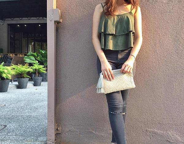 圖1_冬季的代表墨綠色系上衣搭配俐落牛仔褲,手拿aBoutmi羊皮十字紋編織手拿包,展現耀眼魅力