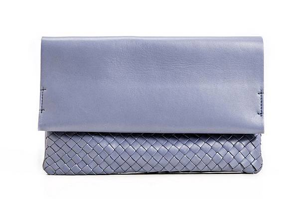 圖6_aBoutmi 羊皮編織拼接牛皮手拿包靜謐藍,建議售價NT$8,980