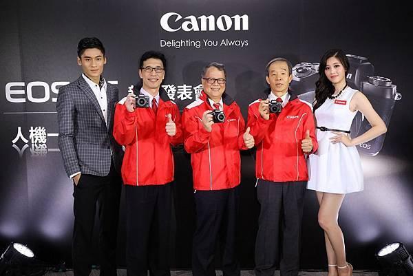 圖說一 數位相機領導品牌Canon今日(1122)正式在台推出旗艦級迷你單眼EOS M5。(中為蘇惠璋 總裁,右二為彩虹先進 楊大明 董事長,左二為消費影像產品事業處 胡大剛 總經理)
