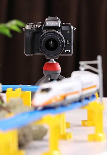 圖說六 EOS M5 對焦能力大幅提升,配備「雙像素CMOS自動對焦(DAF)技術」(Dual Pixel CMOS AF),每個像素皆能運用於相位檢測對焦,達成高速、高精度對焦實力。