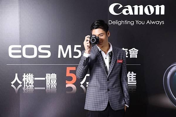 圖說五 Canon EOS M5雙像素CMOS自動對焦技術,高速對焦快速精準,內建OLED高速電子觀景器,嶄新設計打造專業級操控。