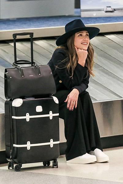 1. 好萊塢巨星潔西卡•艾芭機場時尚配戴Longchamp PARIS PREMIER包款 售價:NT$80,100(大)