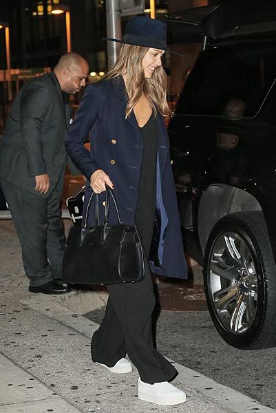 3. 潔西卡•艾芭休閒裝扮搭配一只優雅的Paris Premier包款,宣告不退流行的經典風範 售價:NT$80,100(大)