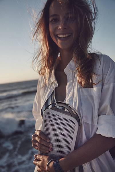 【圖說1】Beoplay A2 Active擁有True 360度全向式聲音技術,長達24小時的電池續航力,讓你與好友隨時隨地都能跟著旋律放肆舞動。
