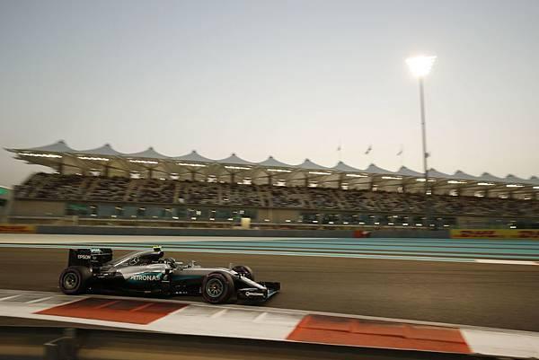 Nico Rosberg以第二名位置順利完賽,雖讓Lewis Hamilton奪走了此最終站的冠軍,但年度車手冠軍寶座則順利到手