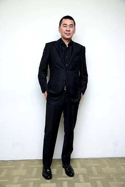 陳建斌一身黑色Trofeo羊毛西裝及黑色絲質襯衫,散發內斂成熟的氣質(2)