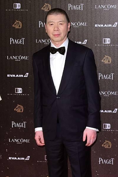 名導馮小剛身為Ermenegildo Zegna的忠實愛好者,紅毯上穿著量身訂製的黑色羊毛兩件式西裝(2)