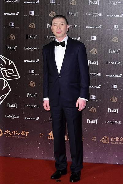 名導馮小剛身為Ermenegildo Zegna的忠實愛好者,紅毯上穿著量身訂製的黑色羊毛兩件式西裝(1)