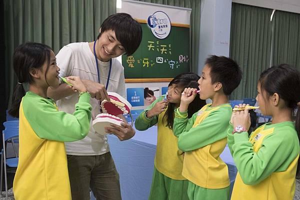 Extra重拾笑容行動攜手專業義診團隊,教導學童正確口腔保健知識及「愛牙四守則」,幫助提升國內學童的口腔健康。