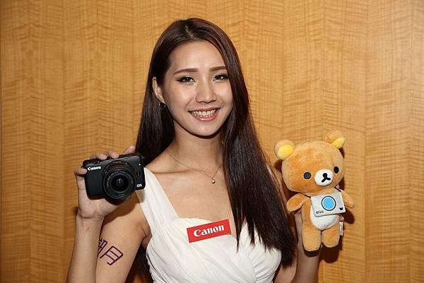 圖說五,展場內購買EOS M10迷你單眼可獲得Canon相機包、原廠電池等好禮與拉拉熊玩偶之外,現場加購指定EF-M鏡頭即可獲得1000元郵政禮券。