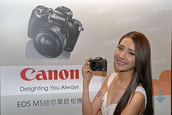 圖說二,Canon特別規劃「熱門新機 EOS M5 體驗區」,消費者實機體驗配備多項最新技術的 EOS M5 旗艦級迷你單眼「人機一體、5力大躍進」的功能。