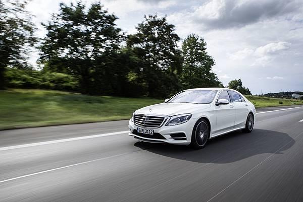 自1951年起,Mercedes-Benz The S-Class 成為頂級豪華房車的代名詞堆疊Mercedes-Benz精華而成的S-Class,代代皆成經典